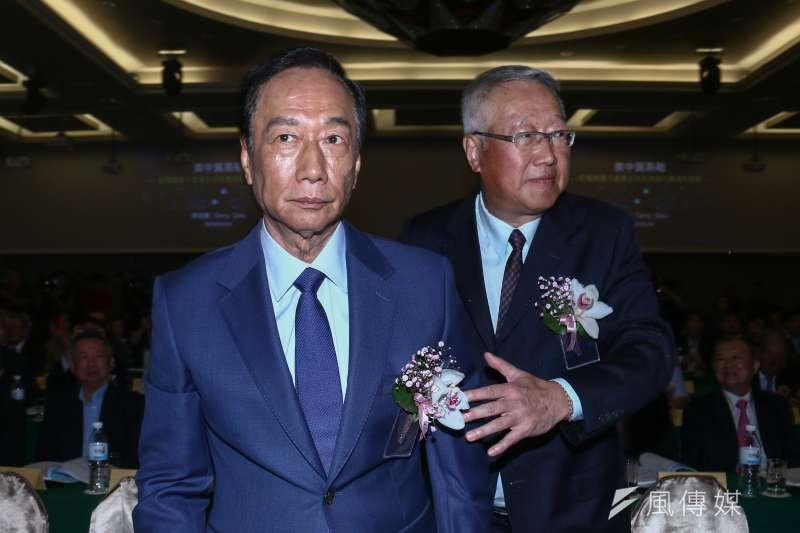 鴻海董事長郭台銘出席「電機電子工業同業公會理監事改選」,右為該會理事長郭台強。(蔡親傑攝)