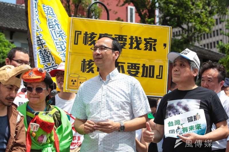 用心提政見的前新北市長朱立倫却不敵「非韓不投」的韓流。(顏麟宇攝)