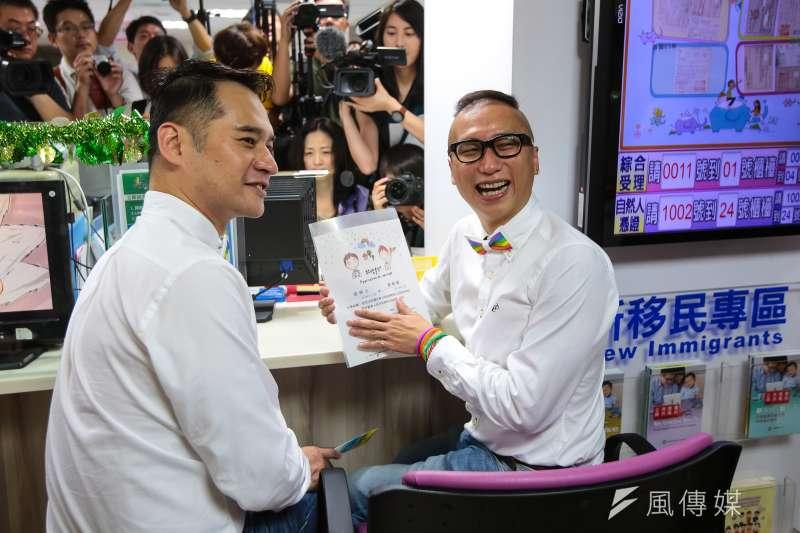 20190524-男性同志伴侶 Alex 和 Joe 24日至中正區戶政事務所辦理同婚登記。(顏麟宇攝)