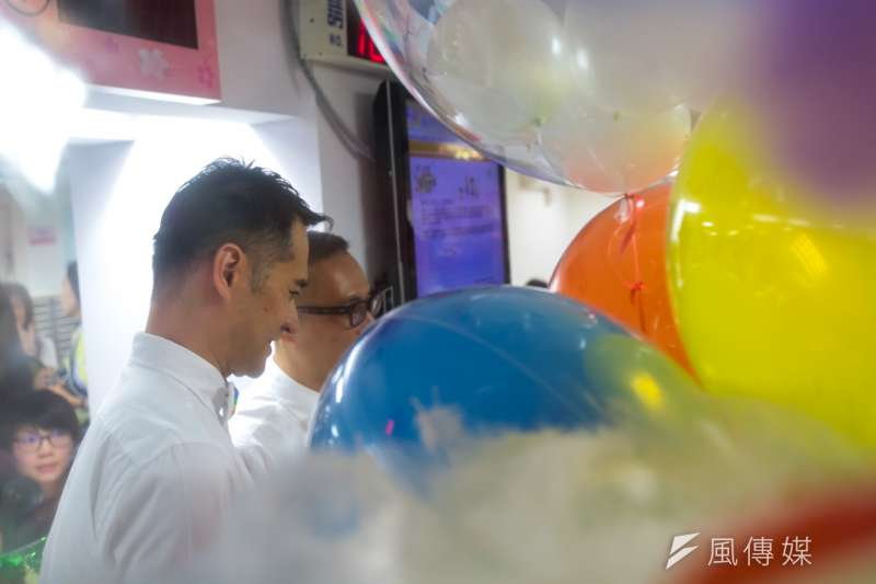 台北市男同志伴侶Alex和Joe於24日至中正區戶政事務所辦理同婚登記。(顏麟宇攝)