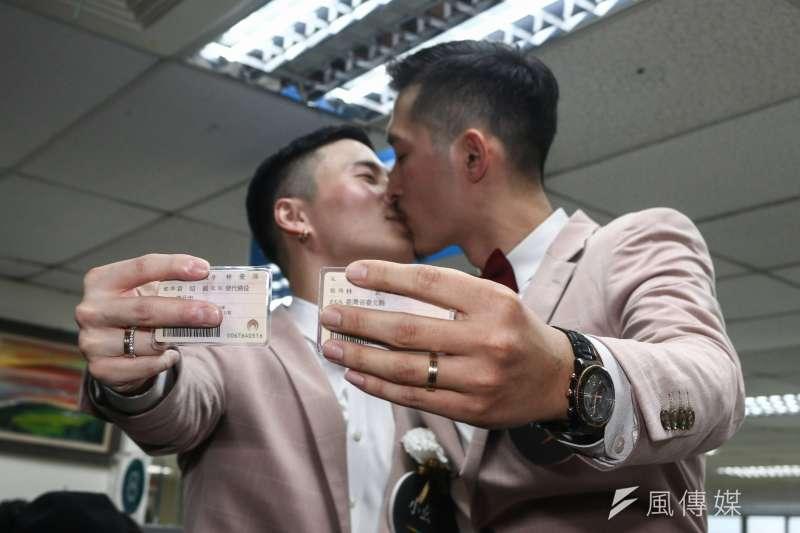 20190524-婚姻平權立法後,首日開放新人登記,並出示已登記的身分證。(蔡親傑攝)