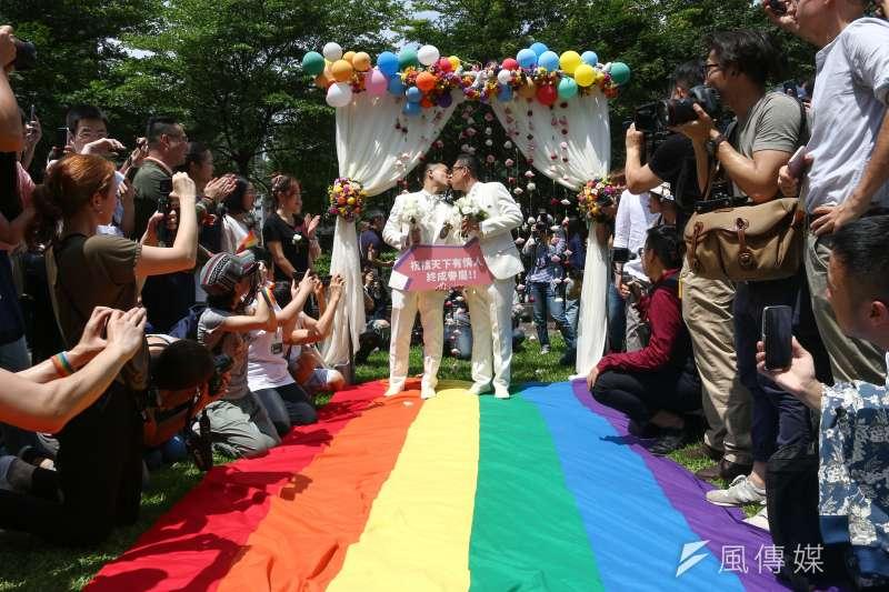 婚姻平權立法後,首日開放新人登記,並於信義公園舉行婚禮。(蔡親傑攝)