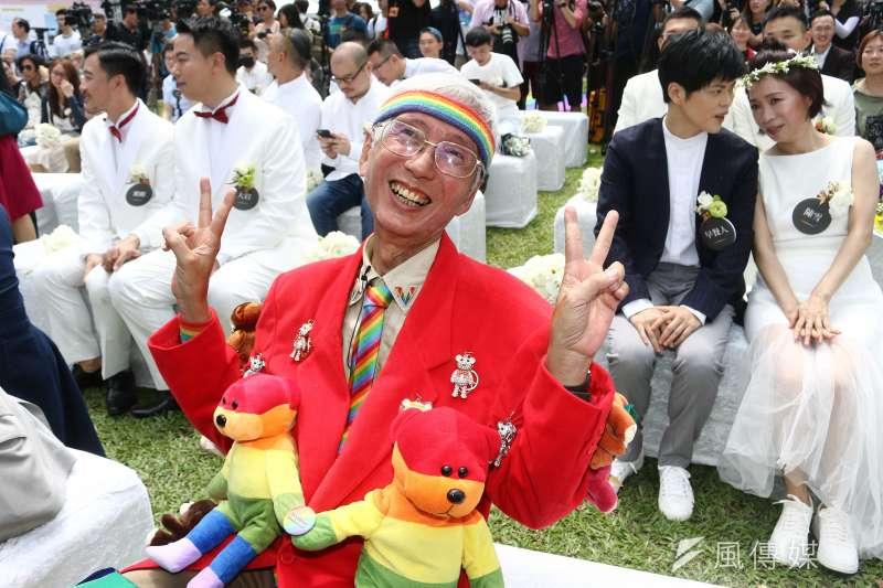 20190524-婚姻平權立法後,首日開放新人登記,並於信義公園舉行婚禮,祁家威(中)於現場觀禮。(蔡親傑攝)