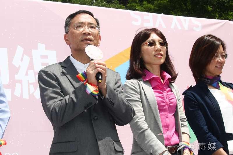 20190524-婚姻平權立法後,首日開放新人登記,並於信義公園舉行婚禮,台北市副市長蔡炳坤(左)代表市府致詞。(蔡親傑攝)