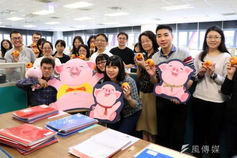 高雄市落實市長韓國瑜的政見,開出266位國小老師缺額,讓各縣市與北漂教師能返回高雄服務。(圖/徐炳文攝)