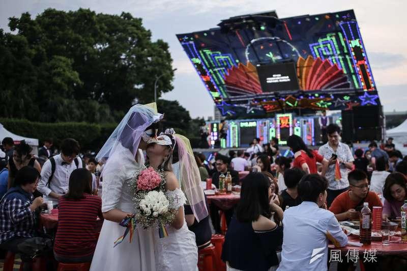 為慶祝台灣成為亞洲第一同婚合法化國家,伴侶權益推動聯盟今天於凱達格蘭大道前舉行「同婚宴」。(陳品佑攝)