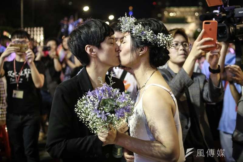 5月24日起台灣成為亞洲第一同志可結婚登記國家,伴侶權益推動聯盟今日於凱道席開160桌舉行「同婚宴」,讓大家一起分享同婚的喜悅。(陳品佑攝)