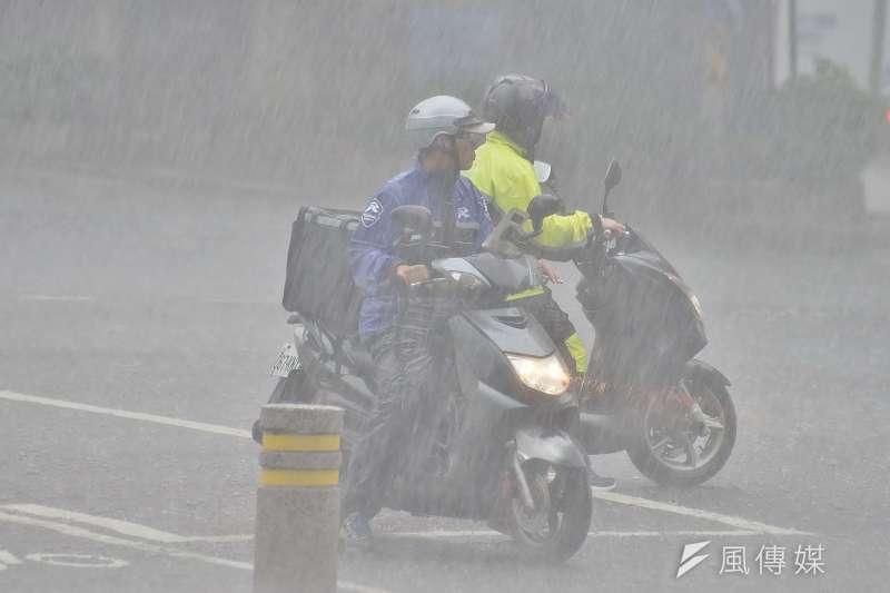中央氣象局提醒,周二開始全台將有局部大雨或豪雨發生機率,民眾須留意「致災性降雨」可能帶來的危害。(資料照,盧逸峰攝)