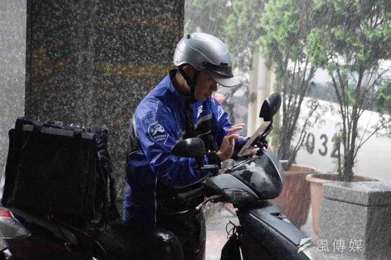氣象局指出,今天華南雲雨區東移、各地有機會出現短暫降雨,其中東部地區、西半部山區將有雨勢。(資料照,盧逸峰攝)