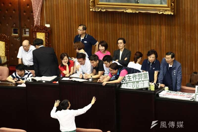 立法院會28日將進行中選會主委被提名人李進勇人事同意權案投票,藍綠立委在上午7時議場門一開,就衝上主席台,在台上各占一半。(蔡親傑攝)