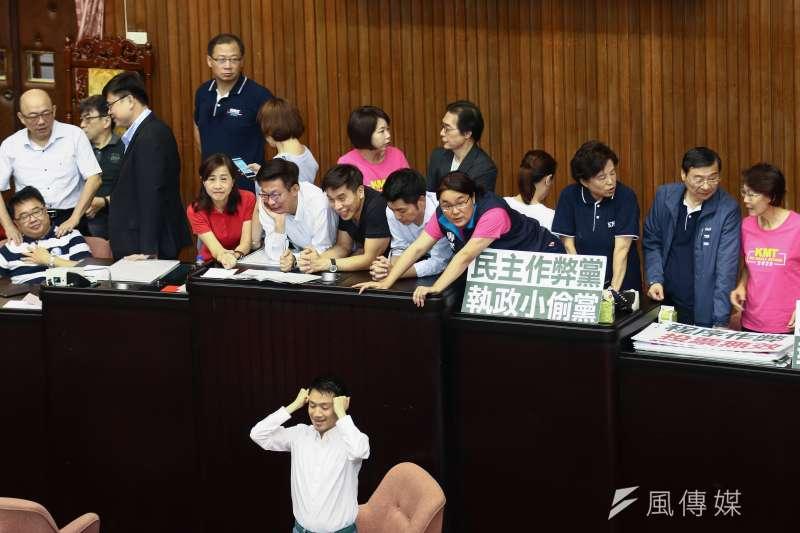 20190528立法院院會九點不到,國民黨黨團已占滿主席台。(蔡親傑攝)