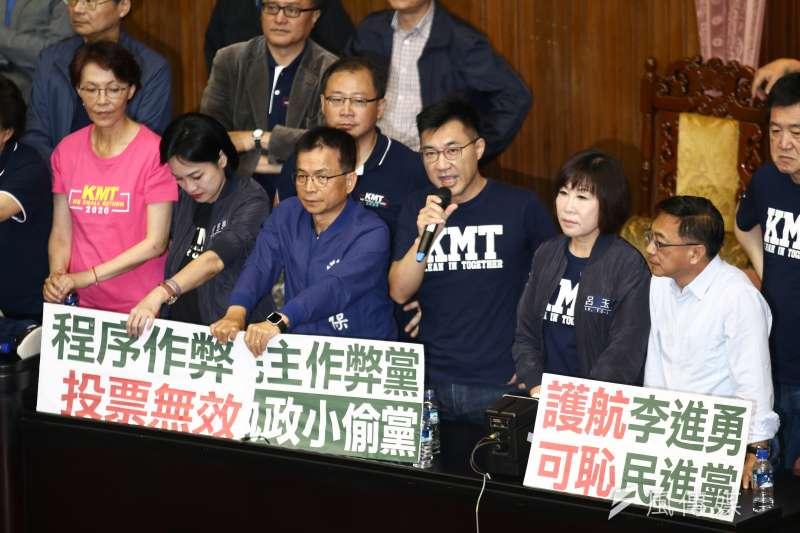 20190528-立法院院會九點一到,國民黨黨團佔據主席台高喊「退回李進勇」。(蔡親傑攝)