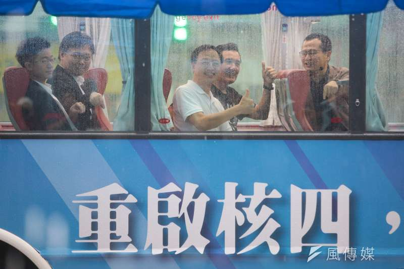 20190528-前行政院長江宜樺、前總統馬英九28日出席「重啟核四,拒絕用肺發電」公車上路記者會。(顏麟宇攝)