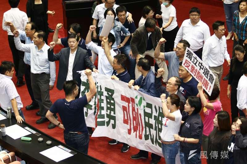 20190528-立法院進行投票表決,國民黨黨團拉起標語抗議。(蔡親傑攝)