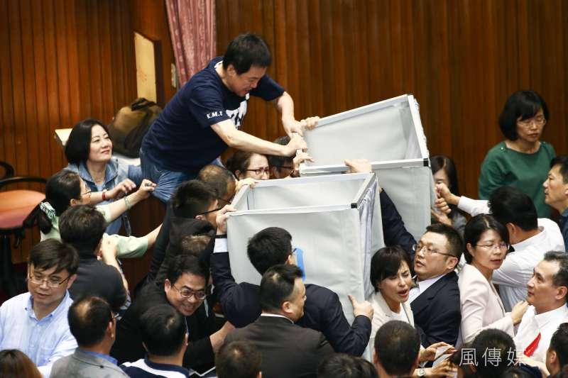 20190528-立法院進行投票表決遭國民黨立委推倒圈票處。(蔡親傑攝)