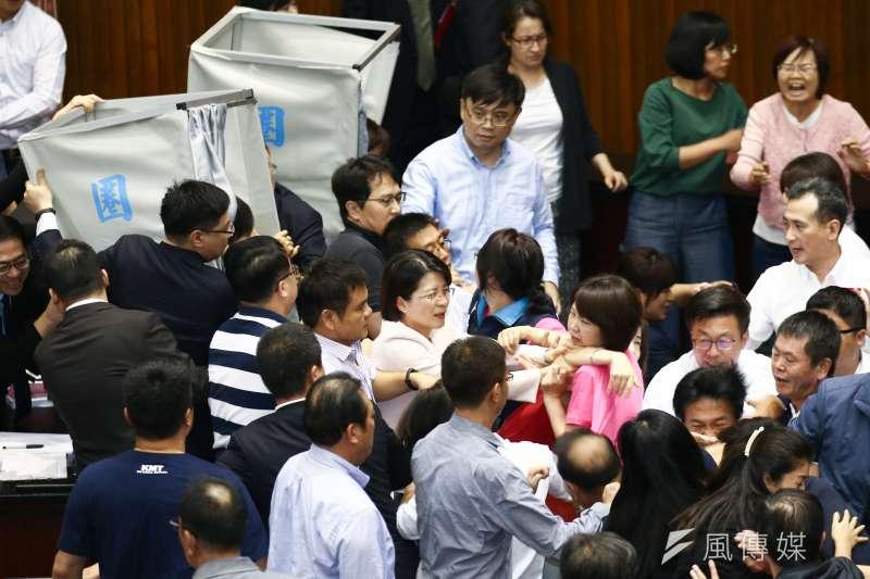 20190528-立法院進行投票表決,國、民兩黨立委在圈票處前發生推擠。(蔡親傑攝)