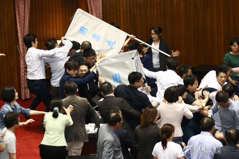 立法院進行投票表決,國、民兩黨立委在圈票處前發生推擠。(蔡親傑攝)