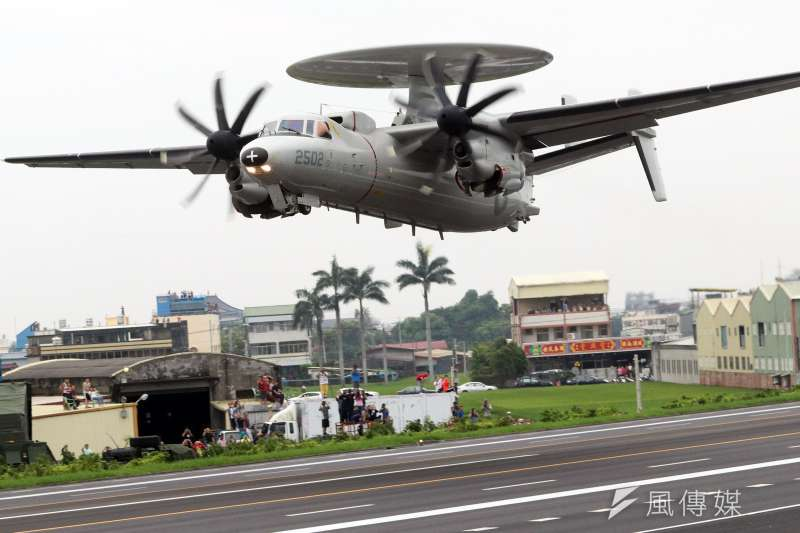 20190528-漢光演習實兵周今天邁入第2天,國軍戰機今(28)日執行彰化戰備道起降任務。圖為E-2K預警機 。(蘇仲泓攝)