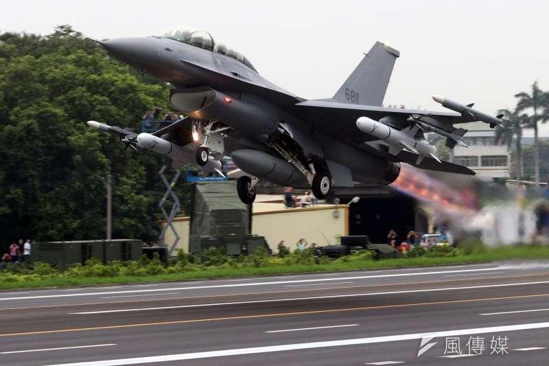 20190528-漢光演習實兵周今天邁入第2天,國軍戰機今(28)日執行彰化戰備道起降任務。圖為掛載魚叉飛彈的F-16V起飛。(蘇仲泓攝)