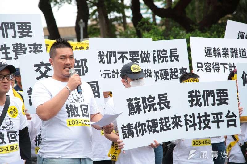 Uber駕駛日前自組代僱駕駛自救會至行政院前抗議(圖/顏麟宇)