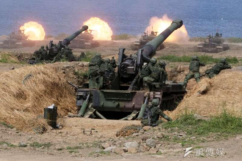 漢光35號演習實兵演練今30日邁入第4天,國軍於屏東執行「聯合灘岸殲敵作戰實彈射擊」操演。圖為CM-11戰車(前)對海實施射擊。(蘇仲泓攝)