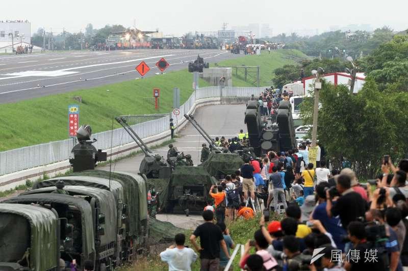 20190531-彰化戰備道起降是實兵周相當重要的科目,兩側聚集民眾圍觀,是難得的全民國防展現。然而戰備道周邊設置35快砲、麻雀飛彈,亦被認為不符合實戰景況。(蘇仲泓攝)