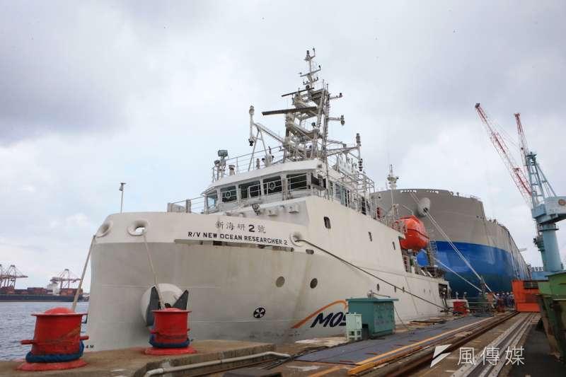高雄港近期頻繁出現一艘名為「新海研二號」的船隻,為台船打造海洋研究船。(圖/徐炳文攝)