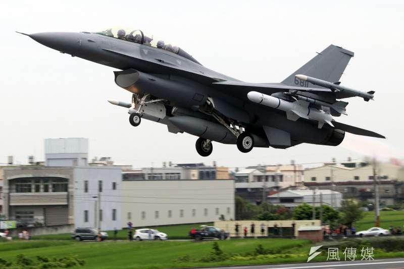 20190531-今年漢光35號演習實兵演練三軍各有一款新興兵力納入演練,以實際投入操演方式,驗證其成效。圖為空軍F-16V戰機掛載魚叉飛彈,自戰備跑道以最大推力升空。(蘇仲泓攝)