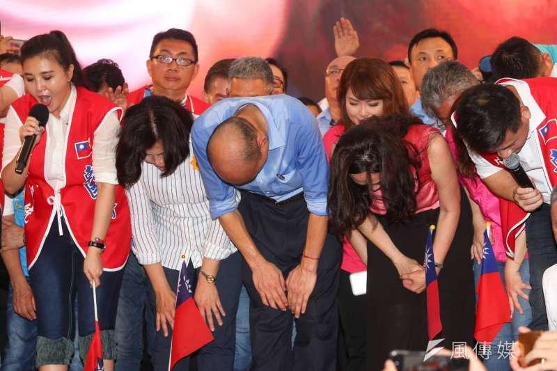 20190601-挺韓團體今(1)日將在凱達格蘭大道舉辦「決戰2020—贏回台灣」造勢大會,高雄市長韓國瑜在台上向支持者發表談話,並鞠躬向支持者致謝。(顏麟宇攝)