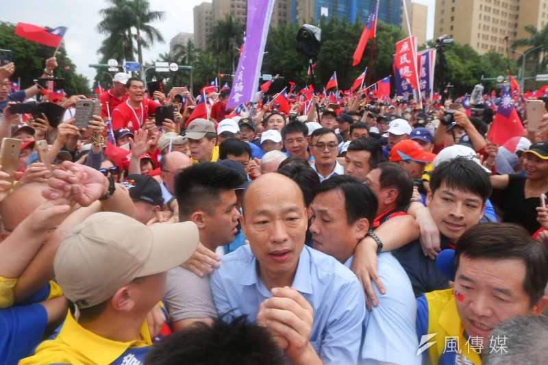 20190601-挺韓團體今(1)日將在凱達格蘭大道舉辦「決戰2020—贏回台灣」造勢大會,高雄市長韓國瑜和夫人李佳芬在現場群眾簇擁下進場。(顏麟宇攝)