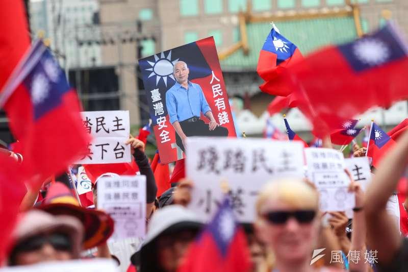 企業界也有一股「韓流」,圖為凱道造勢群眾舉起「韓國瑜,台灣安全,人民有錢」標語。(顏麟宇攝)