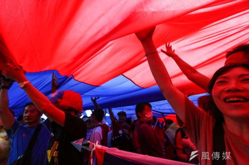 20190601-挺韓國瑜團體1日於凱道舉行「決戰2020,贏回台灣」全國團結造勢大會,人潮塞滿凱道、景福門、中山南路、仁愛路,並於現場傳遞巨型國旗。(顏麟宇攝)