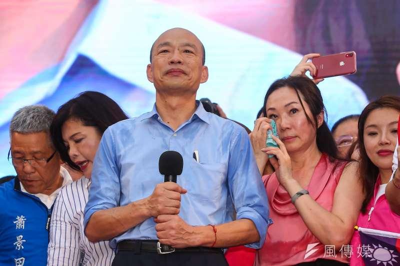 高雄市長韓國瑜(中)被爆婚外情,太太李佳芬(右二)昨說「婚姻沒有問題。」圖為兩人前天出席凱道造勢大會。(資料照,顏麟宇攝)