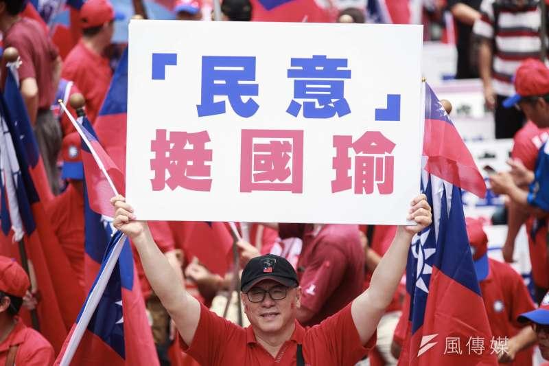 高雄市長韓國瑜支持者今(1)日在台北市凱達格蘭大道造勢,現場民眾抱怨沒有攤商不方便。(簡必丞攝)