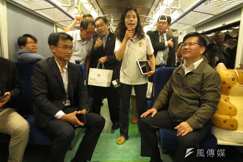 20190603_農委會主委陳吉仲(前左)與交通部長林佳龍(前右)試乘里山動物列車2.0。(廖羿雯攝)
