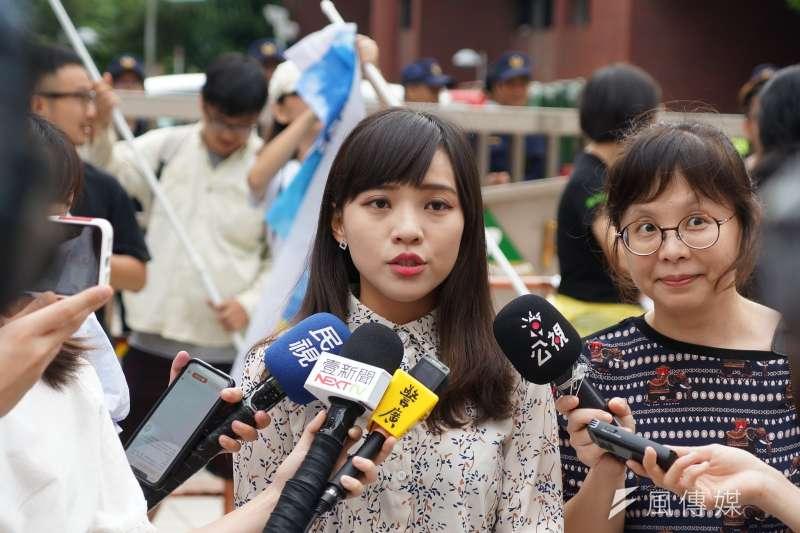 台灣基進黨等社團展開「罷韓」行動,為了反制這股風潮,「罷免高雄市議員黃捷粉專」也發起罷免時代力量市議員黃捷(中)作為反制。(資料照,盧逸峰攝)