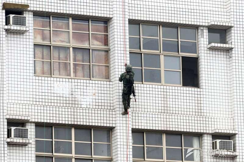 20190603_特戰官兵3月在彰化八卦山模擬攻堅,自大樓外牆以近乎徒手往上拉攻入樓頂。此方法正是特戰「戰術繩索班」授課施訓項目之一。(資料照,蘇仲泓攝)