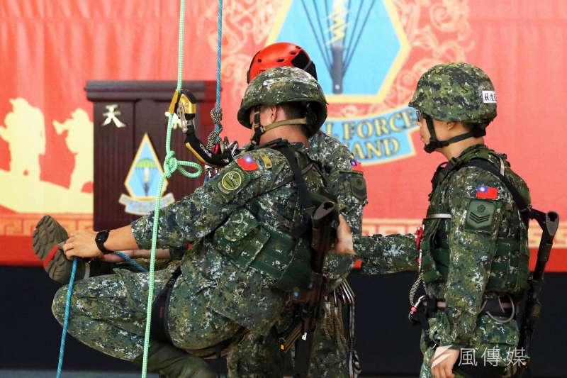 20190603_5月底在桃園龍潭特指部天龍營區,掛有狙擊手臂章人員,研習特戰繩索技能。凸顯戰術繩索在特戰戰技上使用廣泛。(資料照,蘇仲泓攝)