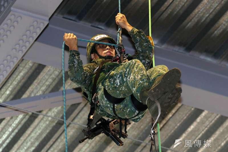特戰官兵在5、6層樓高的空中,研習特戰繩索技能,雖有教官在旁,但遇狀況先得靠個人力量排除。(資料照,蘇仲泓攝)