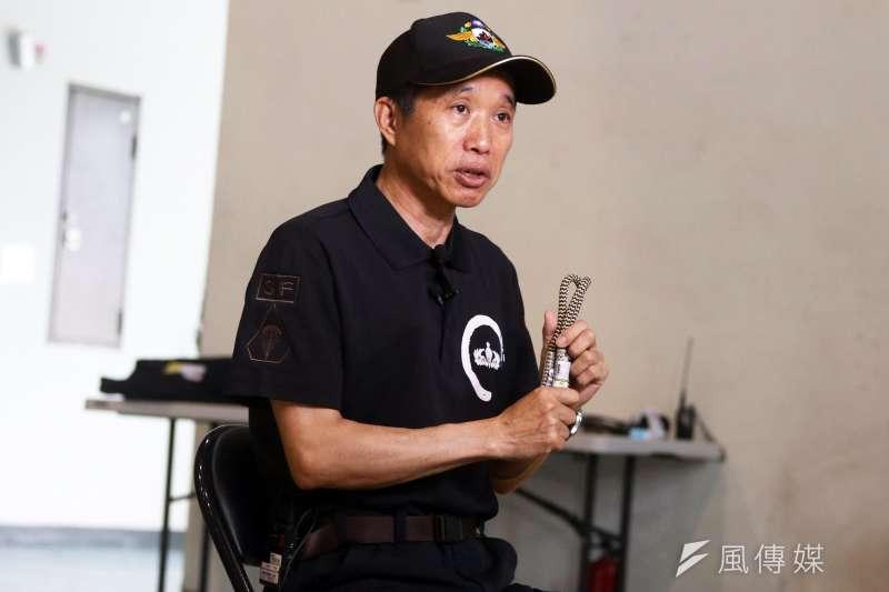 20190603_向軍警單位授課、推廣繩索技能的徐世豐,手中拿著的「子惠繩」正是能快速完成下降、轉換、攀登的關鍵。(蘇仲泓攝)