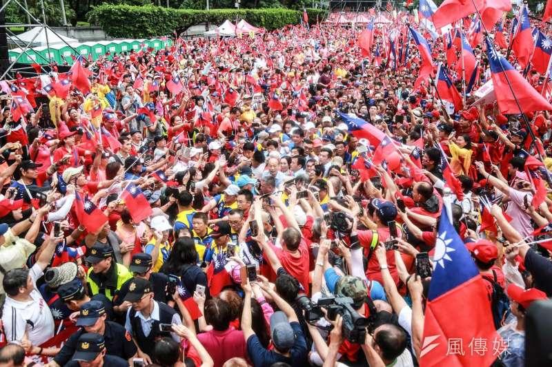 「決戰2020,贏回台灣」全國團結造勢大會,許多民眾到場支持韓國瑜。(簡必丞攝)