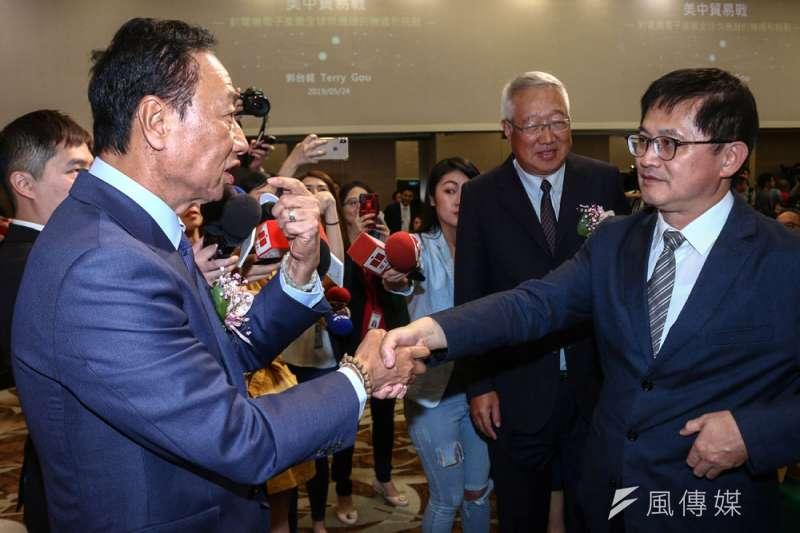 郭台銘(左)與和碩董事長童子賢(右)握手泯恩仇。(蔡親傑攝)