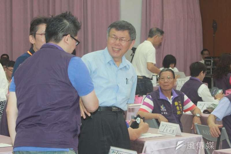 台北市長柯文哲今(5)日上午出席大安區里長座談會,表示鴻海董事長郭台銘昨和村里長對談,比較是選舉行程。(方炳超攝)