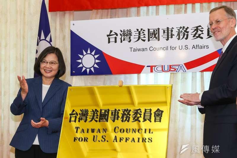 總統蔡英文、美國在台協會(AIT)台北辦事處處長酈英傑出席「台灣美國事務委員會」揭牌儀式。(顏麟宇攝)