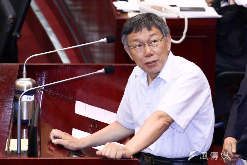 台北市長柯文哲在接受訪問時表示,他覺得兩岸交流最好的兩個原則是「遵守體制、改善現狀」。(蔡親傑攝)