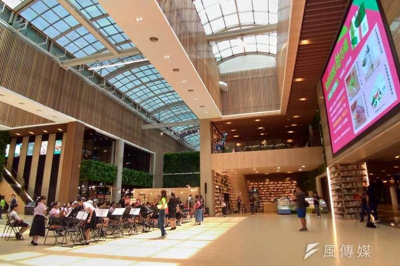 「悦誠廣場」挑高式營業場所,透過玻璃帷幕大量引入明亮的採光, 搭配原木色裝潢與書香氣氛,友善的環境空間 ,令人感到溫馨。(圖/徐炳文攝)
