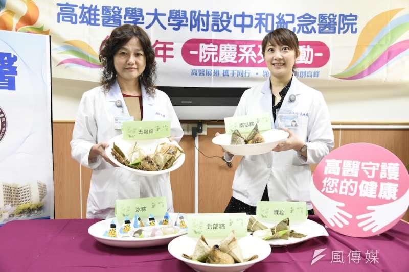 高雄醫學大學附設中和紀念醫院營養師李純瑜(右)、許玉恆(左)提醒民眾吃粽子時,也要注意均衡飲食搭配。(圖/徐炳文攝)