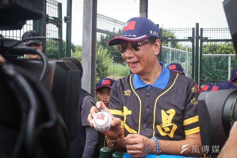 鴻海董事長郭台銘為雲林文昌國小棒球隊小朋友加油。(陳品佑攝)