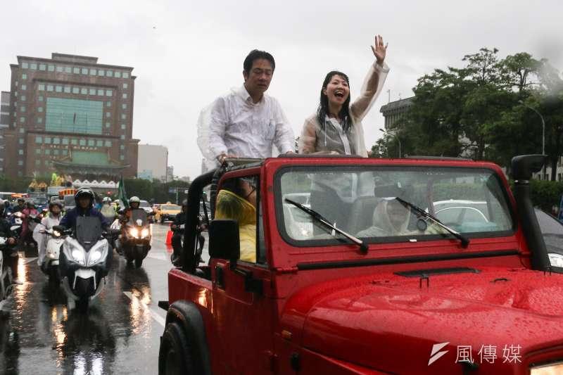 前行政院長賴清德(左)壯大台灣車隊遊行抵達終點,右為北市議員高嘉瑜。(蔡親傑攝)