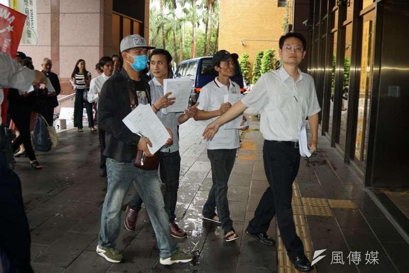 20190611-「無良台塑污染海洋,越南人民跨海訴訟」記者會,會後張譽尹律師帶領受害民眾進入北院遞狀。(盧逸峰攝)